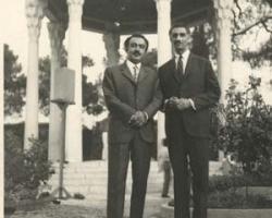 ادیب برومند با آقای اسدالله بوستانی مدیر روزنامه اجتماع ملی در آرامگاه حافظ