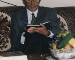 استاد در حال پشت نويسي كتاب