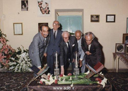 در احمد آباد. بر سر آرامگاه دکتر مصدق از راست به چپ: اديب برومند - محمدي - امير علائي - علي اردلان - داريوش فروهر - ديده ميشوند.