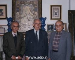این عکس در خانه ادیب برومند گرفته شده است. از راست به چپ: مهندس نظام الدین موحد - علی اردلان - ادیب برومند دیده می شوند.