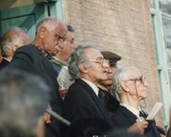 در احمدآباد ادیب برومند مشغول سخنرانی ست و آقای شمس الدین امیرعلائی در سوی چپ عکس با عینک بنددار دیده می شود.