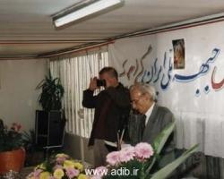 ادیب برومند در حال نوشتن مطالبی درباره جبهه ملی - عکاس در حال عکسبرداری از حاضران مجلس